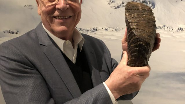 Dr. Artmann mit dem Hauptpreis des Fotowettbewerbs